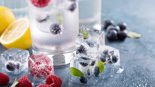 Do ledových kostek můžeme zamrazit i drobné ovoce.