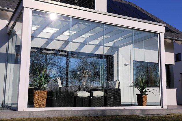 Moderně řešená zimní zahrada plná světla.