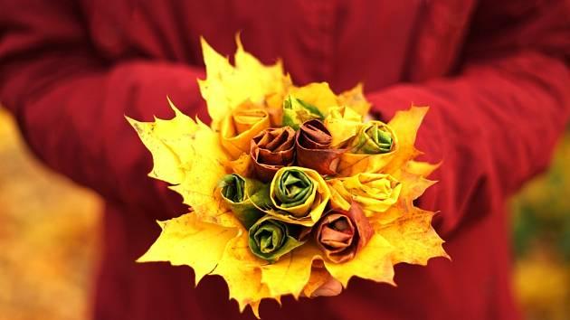 Nesmrtelná růže z listí v kytici se šípky.