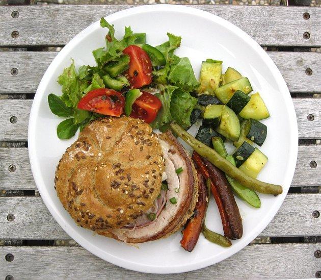 Porchettu podáváme s pečivem a zeleninou.