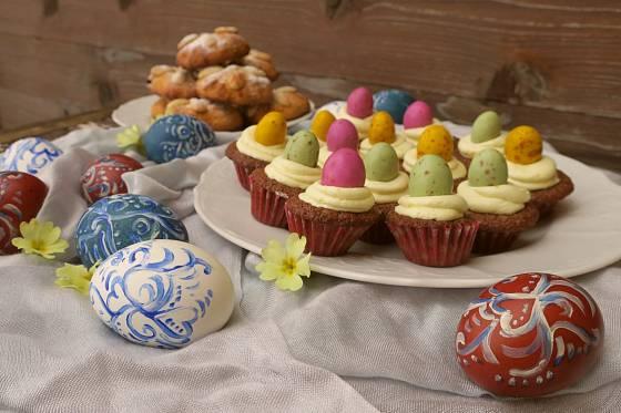Díky cukrovým vajíčkům budou muffiny pestré.