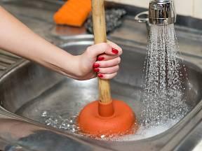 Práci s instalatérským zvonem zvládnou bez obtíží i ženy.