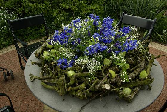 Uvnitř dekorace je nádoba na vodu, která udrží květy čerstvé