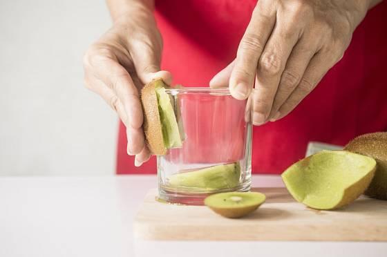 Potřebujete rychle oloupat kiwi? Pomůže vám sklenička.