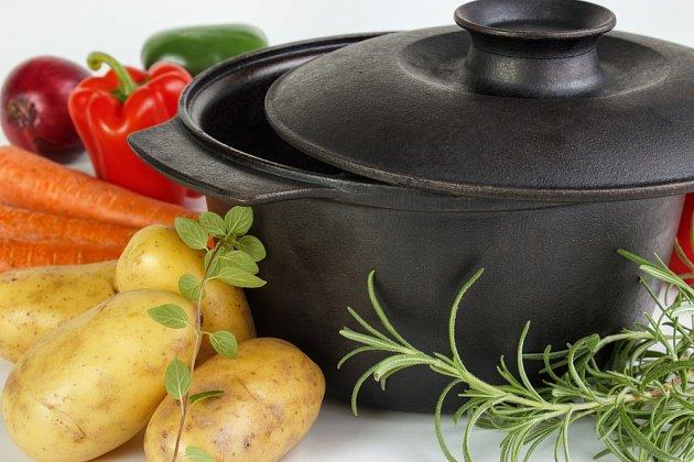 Na přípravu hovězího masa v troubě se bude hodit litinové nádobí s poklicí.