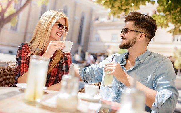 Čeká vás dlouhý večer? Pokud chcete zůstat v kondici, bývá lepší čaj, nežli káva.