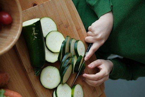 Cukety pečlivě nakrájejte na jemné, tenké plátky, osolte a zalijte vodou.