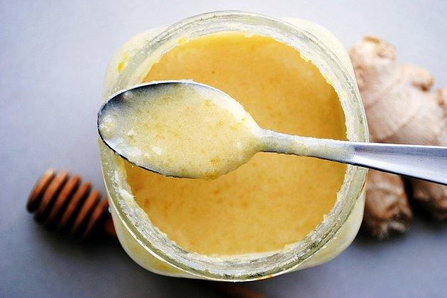 Kdo nemá rád drobné kousky, může zázvor s citronem a medem rozmixovat.