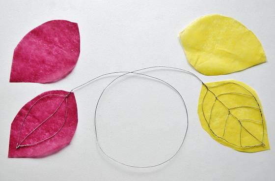 Drátěné kostry listů potáhneme hedvábným nebo krepovým barevným papírem