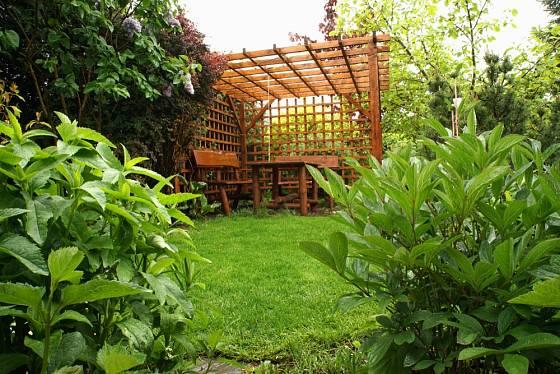 Dřevěná pergola v naprostém soukromí skvěle souzní s okolím.