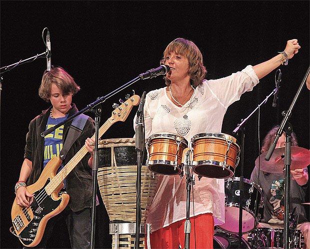 Bára Hrzánová jako zpěvačka skupiny Condurango (se synem Antonínem Holubem)