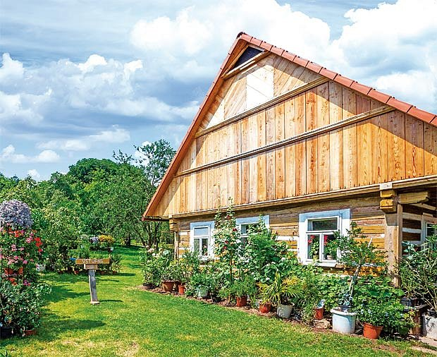 Chalupa v Syřenově–Újezdci kde bydlí manželé Suchardovi.