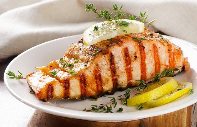 """Losos je zdravá grilovací klasika. Pokud už máte """"dávku"""" mořských ryb splněnou, zkuste třeba celého pstruha."""
