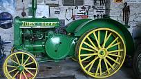 John Deere s benzinovým motorem 8,5 l, druhý takový v Česku má pražské Národní zemědělské muzeum