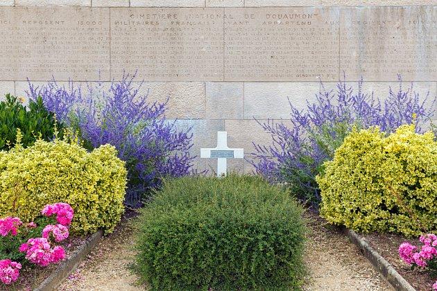 Různorodá výsadba činí hrob zajímavějším