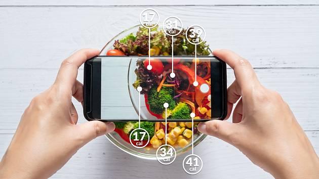 Pokud chcete hubnout pomocí počítání kalorií, je nejlepší využívat internetové kalorické tabulky a váhu.