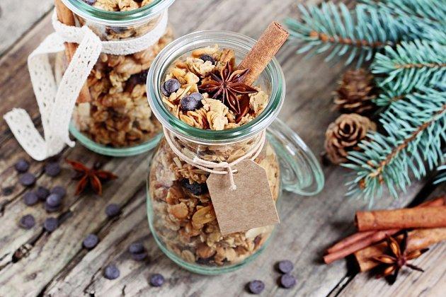 Voňavá granola, trocha směsi ořechů, semínek a ovoce,