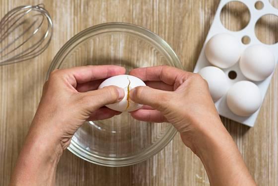 Skořápku uprostřed naťukneme a pak opatrně vejce rozdělíme.