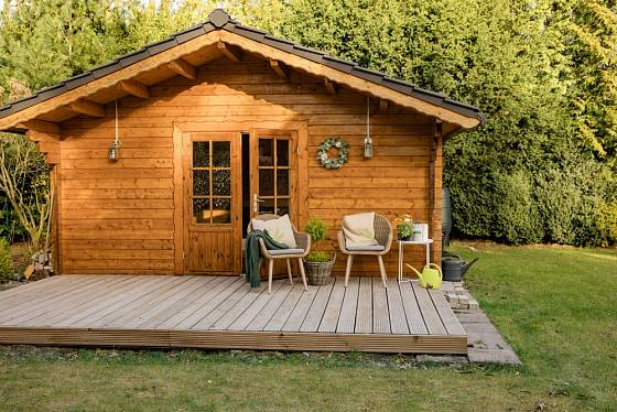 Luxusní zahradní domek poskytne zázemí pro pohodlný odpočínek.