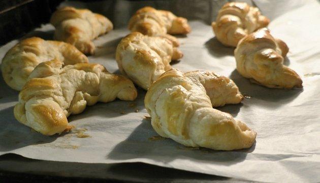 Upečené rohlíky z croissantového těsta.