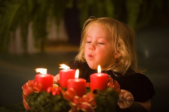K vánoční atmosféře patří také světla svíček.
