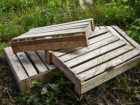 Dřevěné bedýnky můžeme využít k tvoření.