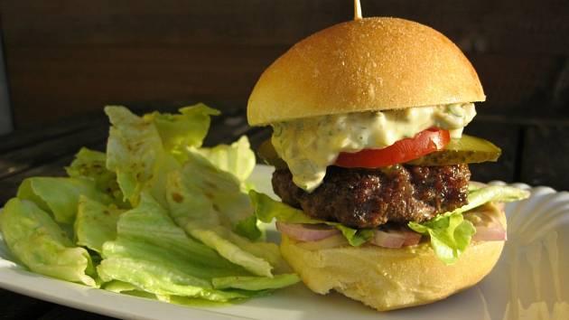 Domácí burger se těší stále větší oblibě.