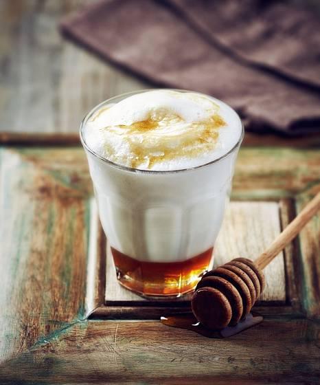 Med a mléko, lahodná a uklidňující kombinace. S našlehaným mlékem je to dokonalé...