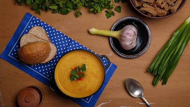 V Čechách se místo bílého pečiva začal používat pro přípravu chlebové polévky spíše tmavý chléb.
