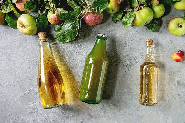 Vyrobit si doma jablečný ocet není složité, navíc vám vydrží klidně i rok