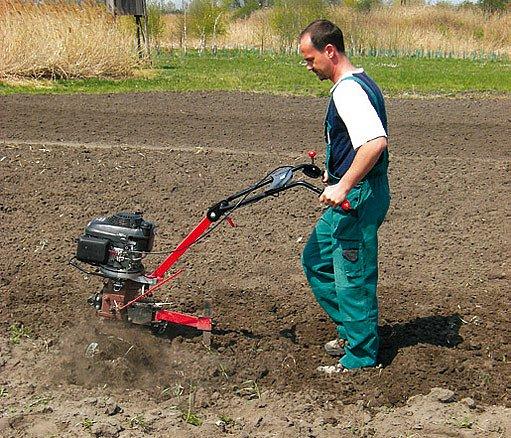 Zpracování půdy rotavátorem
