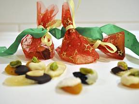 Ovocné bombony vložíme do sáčků z organzy