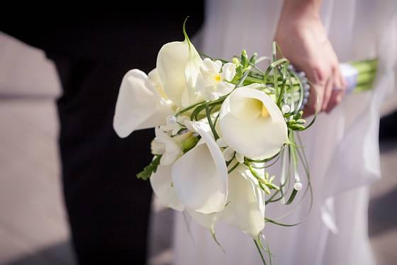 Svatební kytice z kornoutic s bílými toulci.