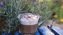 Pár kvítků kávu provoní i ozdobí