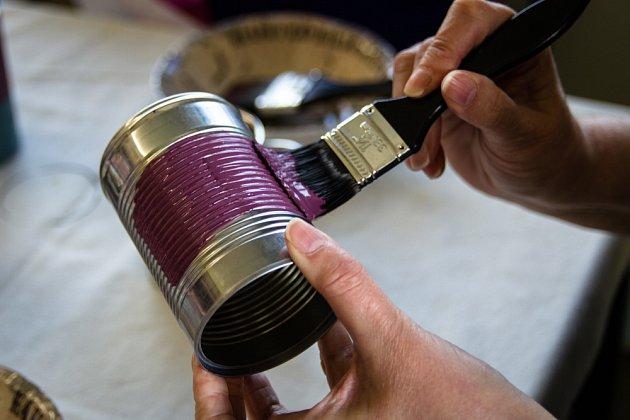 Plechovku nejprve natřeme zvolenou barvou a pak ji můžeme ještě polepit.