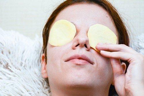 Látky obsažené v bramborách mají vliv na otok očí, který během několika minut dokonale redukují.