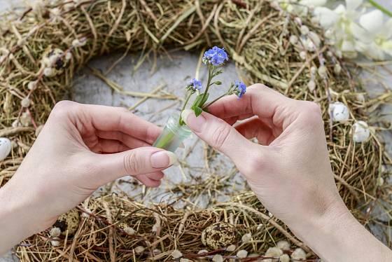 Postupně přidáváme i drobné květiny.