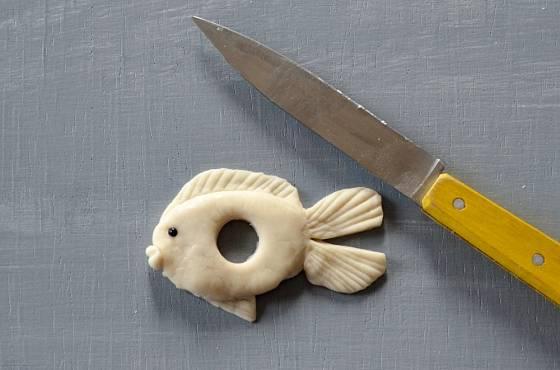 Svícen ve tvaru ryby z vizovického těsta.