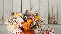 Dýně v různých barvách zdobené jehlicovitými chryzantémami jsou okouzlující.