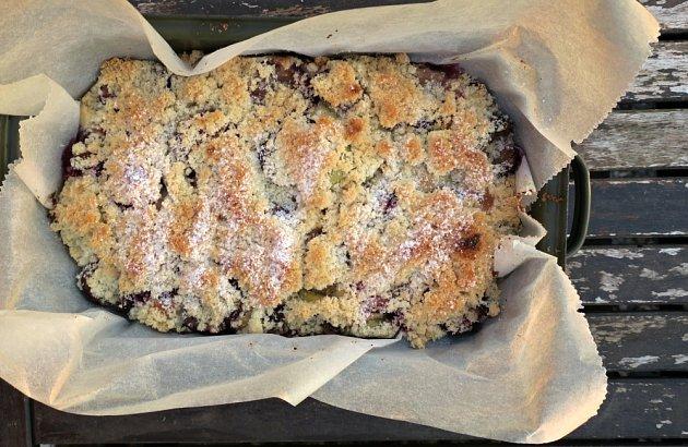 Kynutý švestkový koláč se skořicovou drobenkou (střední pekáček)