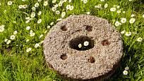 Vysloužilý mlýnský kámen je skvělá dekorace zahrady.