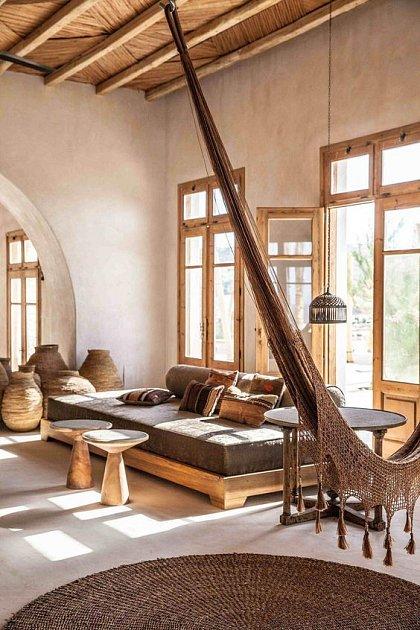 Moderní organický obývací pokoj s keramikou a hamakou.