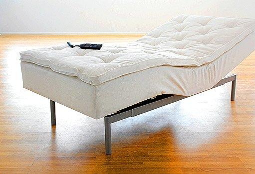 postel s polohovatelnou matrací na dálkové ovládání