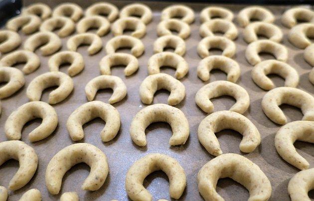 Vanilkové rohlíčky podložíme papírem na pečení.