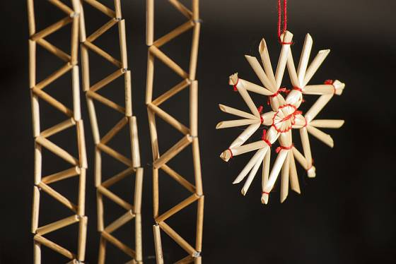 vánoční řetěz a hvězda ze stébel slámy