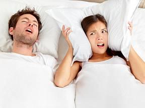 Pravděpodobnost chrápání se zvyšuje při spaní na zádech.