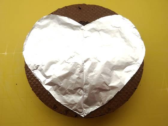 Rozložte srdcovou šablonu na dort