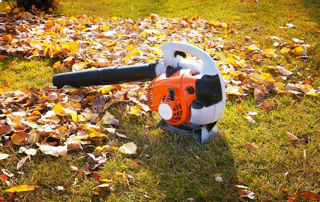 S úklidem listí pomůže ofukovač nebo zahradní vysavač.