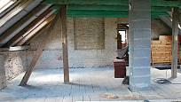 staré podkroví určené k rekonstrukci