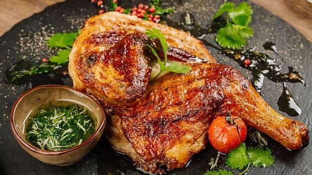Správně ugrilované kuře je šťavnaté.